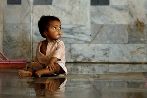 Pakistan-flood-child